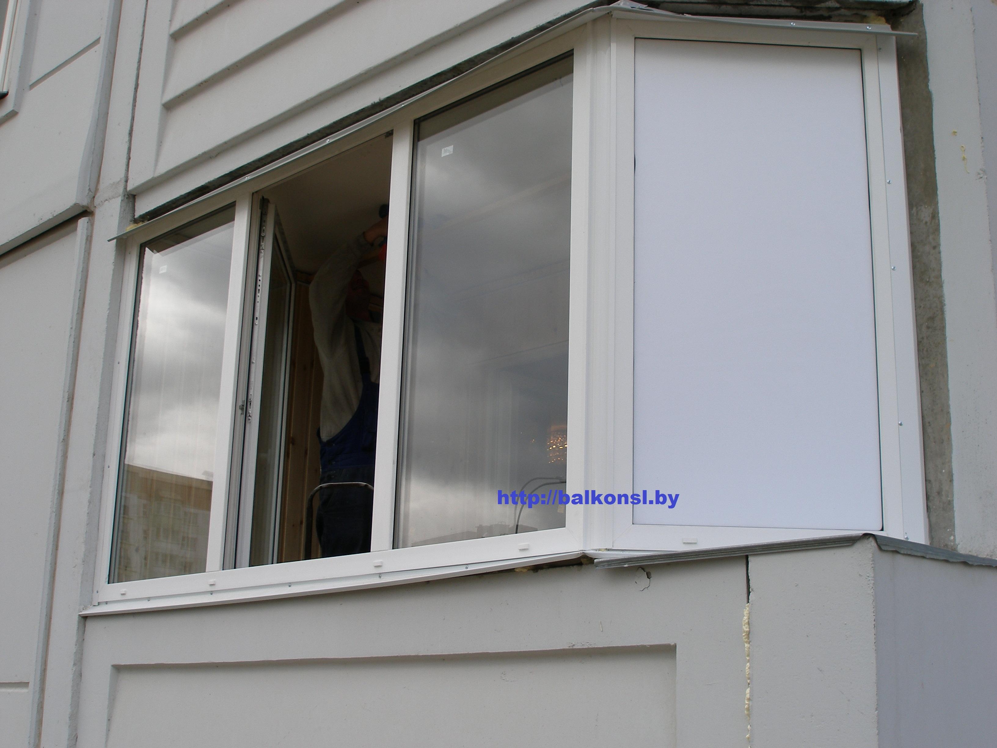 Закрепляем раму балкона..